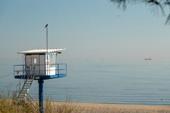 A torre do salvamento está na praia de Ahlbeck resiste in fine imagem de stock