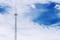 Torre do sinal de rádio no céu azul Fotografia de Stock Royalty Free