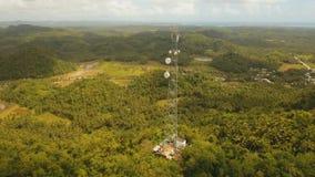 Torre do sinal de telefone nas montanhas vídeos de arquivo