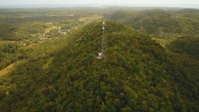 Torre do sinal de telefone nas montanhas filme