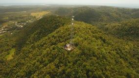Torre do sinal de telefone nas montanhas video estoque