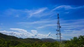 Torre do transmissor na montanha fotografia de stock