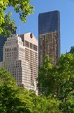 A torre do trunfo e o Sony Building, opinião da tarde do verão do Central Park Midtown, Manhattan, New York City Fotos de Stock