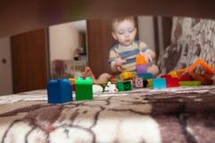 Torre doce da construção do rapaz pequeno dos cubos em casa imagem de stock