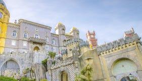 A torre dos arcos jarda, da capela e de pulso de disparo do palácio nacional de Pena, Sintra, Portugal Imagem de Stock