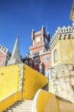 A torre dos arcos jarda, da capela e de pulso de disparo do palácio nacional de Pena, Sintra, Portugal Foto de Stock