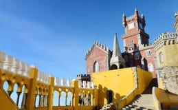 A torre dos arcos jarda, da capela e de pulso de disparo do palácio nacional de Pena, Sintra, Portugal Fotografia de Stock Royalty Free