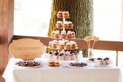 Torre dos queques na tabela de banquete Imagens de Stock
