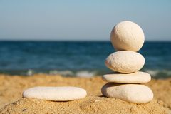 Torre dos seixos na praia fotografia de stock royalty free