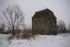 Torre ducal medieval en el pueblo Rakowice, invierno imagenes de archivo