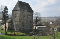 Torre ducal medieval en el pueblo Siedlecin, Polonia fotos de archivo