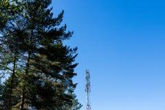 Torre e antenas parabólicas enormes de antena de uma comunicação contra o céu azul Pilhas da torre das telecomunicações para o mó fotografia de stock royalty free