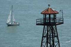 Torre e barca a vela in oceano Fotografia Stock Libera da Diritti