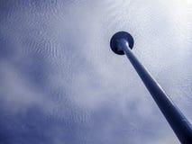 Torre e céu de água com nuvens Foto de Stock Royalty Free