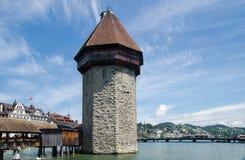A torre e a capela de água constroem uma ponte sobre Kapellbrucke - FO de madeira cobertas Foto de Stock Royalty Free