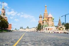 Torre e catedral no quadrado vermelho em Moscou imagem de stock