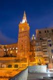 Torre e cattedrale di La Valletta Paesaggio urbano di notte, Corridoio Fine in su Fotografie Stock
