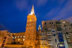 Torre e cattedrale di La Valletta Paesaggio urbano di notte, Corridoio Fine in su Immagini Stock Libere da Diritti