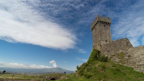 Torre e cloudscape de Radicofani vídeos de arquivo