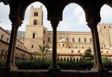 Torre e colunas no claustro da catedral de Monreale Imagem de Stock