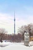 Torre e escultura de Ostankino fotografia de stock royalty free