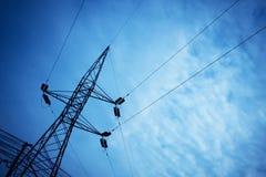 Torre e fios da eletricidade com fundo do céu imagens de stock royalty free