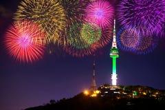 Torre e fogo de artifício de Seoul imagem de stock