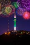 Torre e fogo de artifício de Seoul fotografia de stock