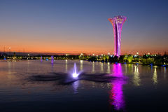 Torre e fontana illuminate, colori differenti, uguaglianti Expo botanica 2016 Immagine Stock Libera da Diritti
