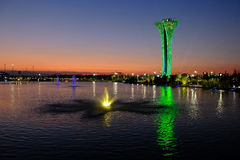 Torre e fontana illuminate, colori differenti, uguaglianti Expo botanica 2016 Fotografia Stock