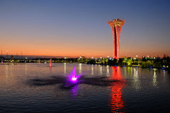 Torre e fontana illuminate, colori differenti, uguaglianti Expo botanica 2016 Immagini Stock