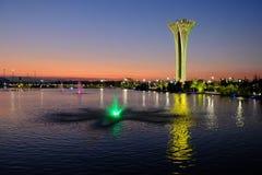 Torre e fontana illuminate, colori differenti, uguaglianti Expo botanica 2016 Immagini Stock Libere da Diritti