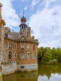 Torre e fossato nel castello di Ooidonk Fotografia Stock