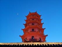 Torre e luna sotto il cielo a polvere fotografia stock