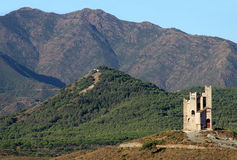 Torre e montanhas antigas de água em Spain Foto de Stock