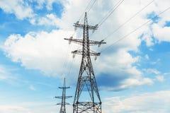 Torre e nuvole ad alta tensione Fotografia Stock Libera da Diritti