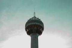 Torre e o céu azul Imagens de Stock Royalty Free