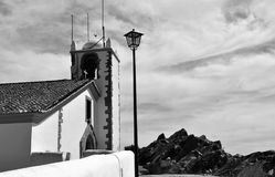 A torre e o céu - igreja do Espírito Santo em preto e branco imagem de stock