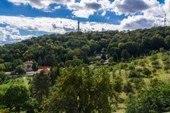 Torre e parco della collina di Praga Petrin Immagini Stock