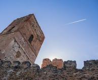 Torre e parede de Buitrago de Lozoya no por do sol com um céu azul e uma fuga branca do plano fotos de stock