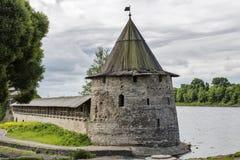 Torre e parete del Cremlino di Pskov, fortezza medievale Fotografia Stock Libera da Diritti