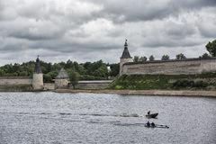 Torre e parete del Cremlino di Pskov, fortezza medievale immagini stock libere da diritti