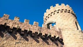 Torre e pareti medievali del castello Fotografie Stock Libere da Diritti