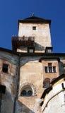 Torre e piattaforma facente un giro turistico al castello di Orava fotografia stock