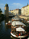 Torre e restaurante no barco no rio de Vltava em Praga Imagem de Stock Royalty Free