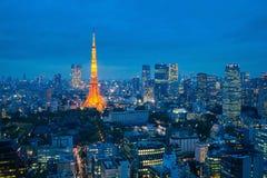 Torre e skyline do Tóquio como quedas do crepúsculo Imagens de Stock
