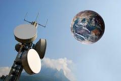 Torre e terra de comunicação no céu Imagem de Stock