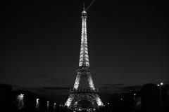 Torre Eiffel alla notte in bianco e nero fotografia stock libera da diritti