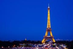 Torre Eiffel alla notte a Parigi immagine stock