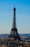 Torre Eiffel alta sopra le cime del tetto di Parigi Immagini Stock
